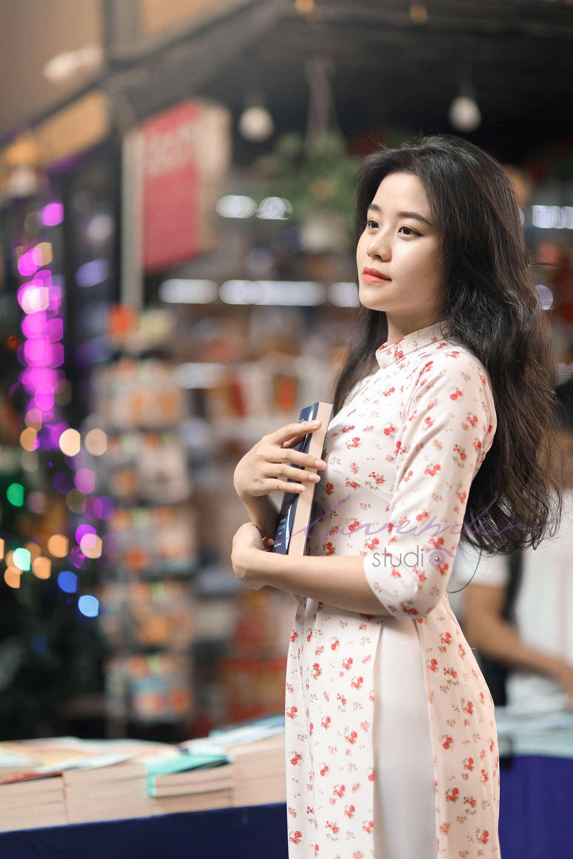 chụp hình áo dài tết ở đường sách Sài gòn
