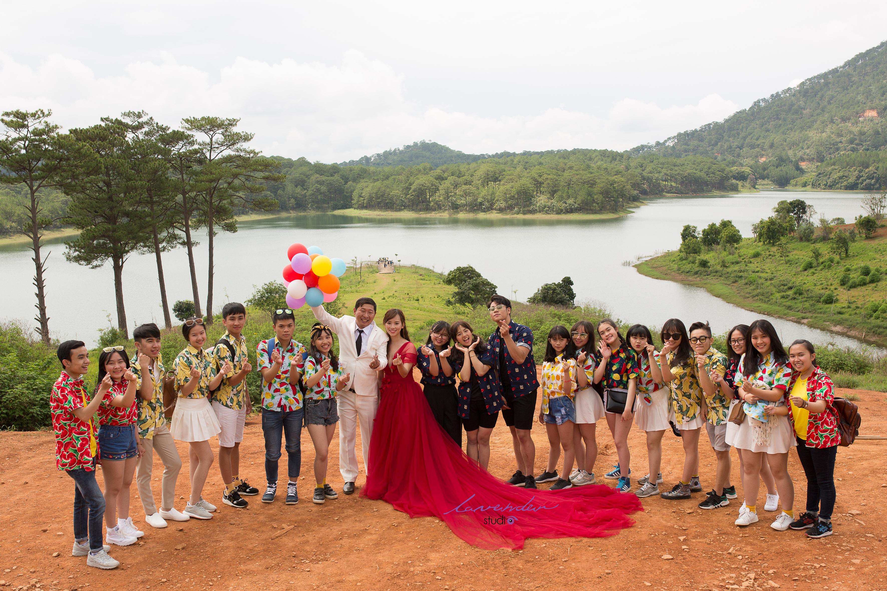 chụp hình cưới cùng với người thân