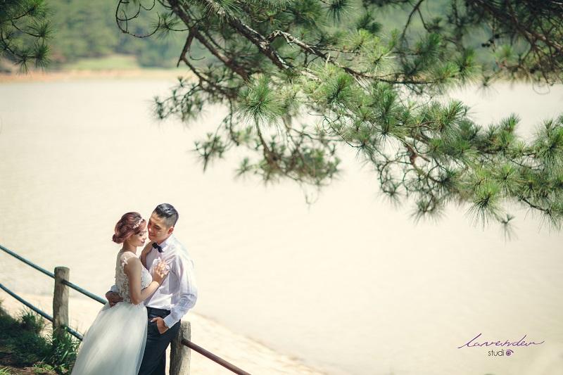 chụp hình cưới lãng mạn bên bờ hồ đà lạt