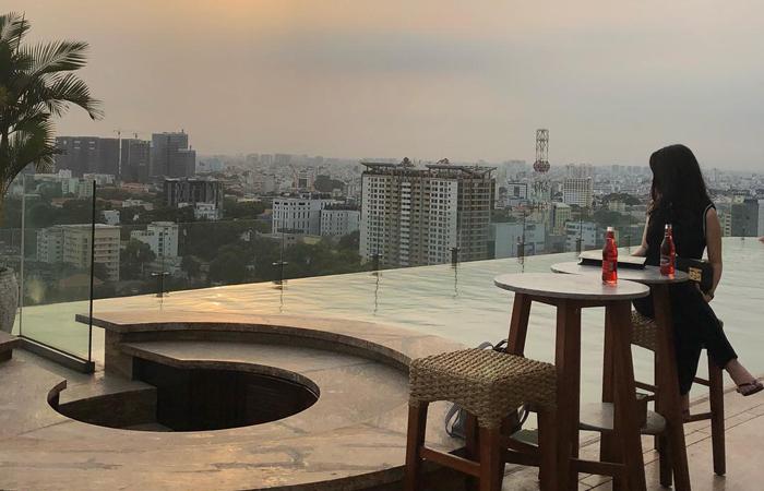 Bức ảnh so deep trên tầng thượng Hotel Des Arts Saigon