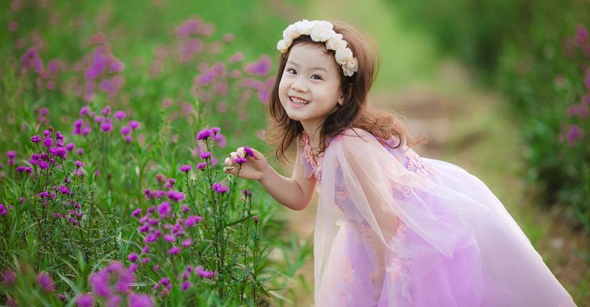 Chụp hình cho bé tại vườn hoa thành phố