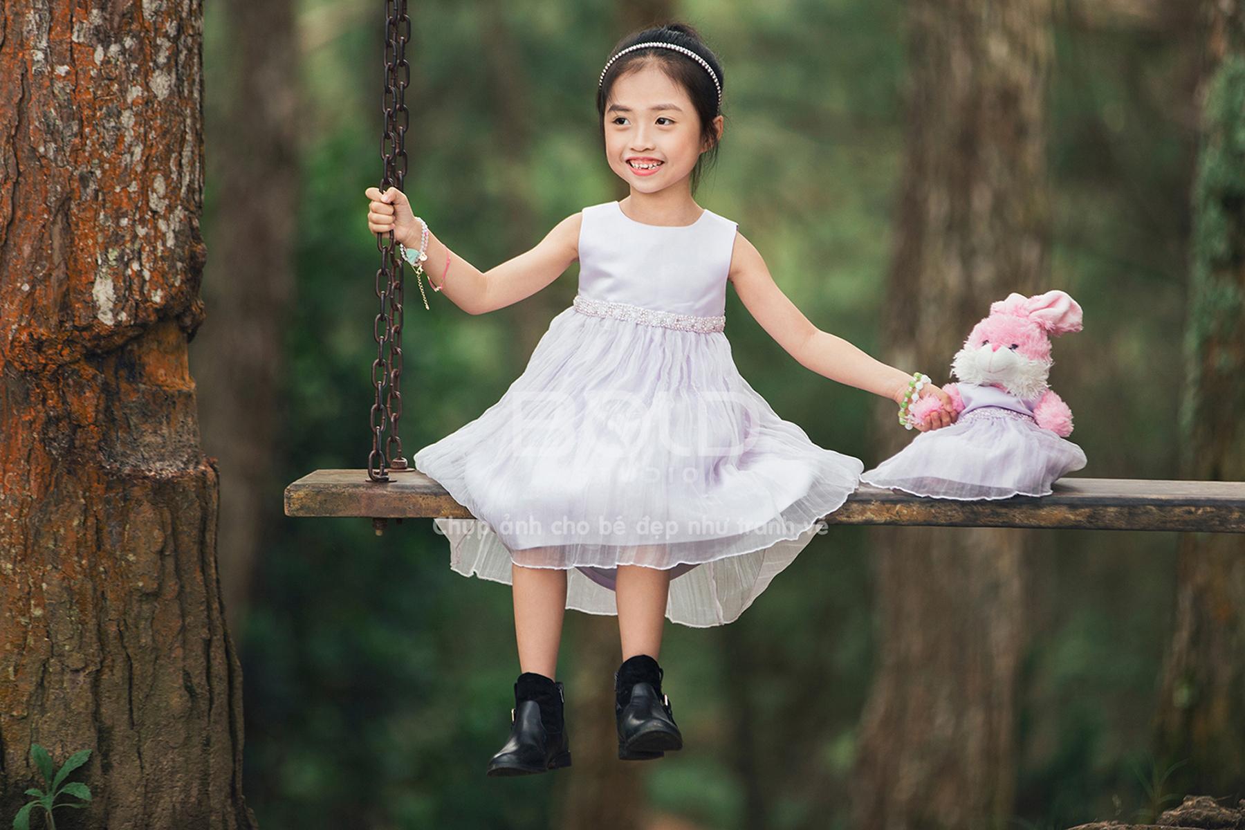 Chụp hình cho bé tại rừng thông Đà Lạt