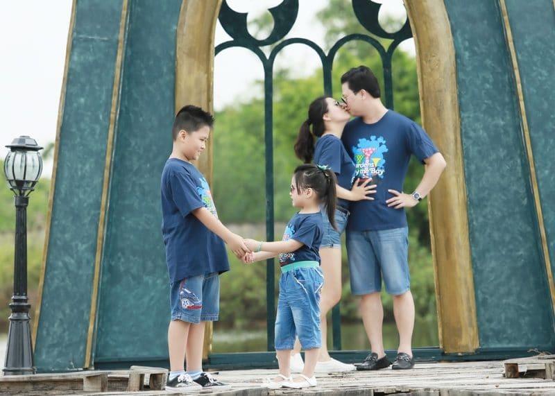 Chụp hình gia đình ở phim trường TP.HCM